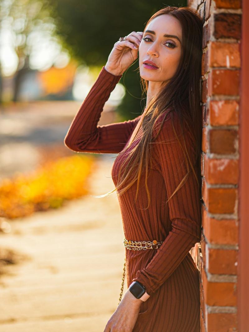 tendance tenue femme une femme qui porte une robe pull orange foncé copy