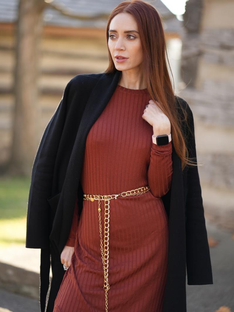 tendance tenue femme une robe pull orange foncé mariée avec une veste noire