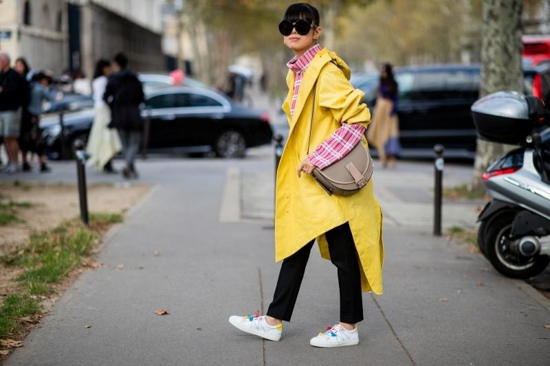 tenue avec ciré jaune femme pantalon noir haut motifs carreaux