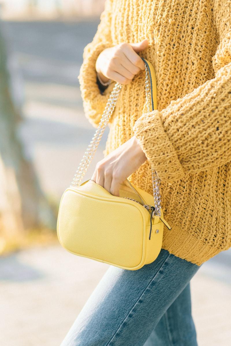 tenue chic femme une femme qui porte un pull jaune