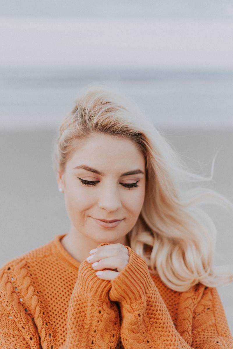 tenue chic femme une femme qui porte un pull orange