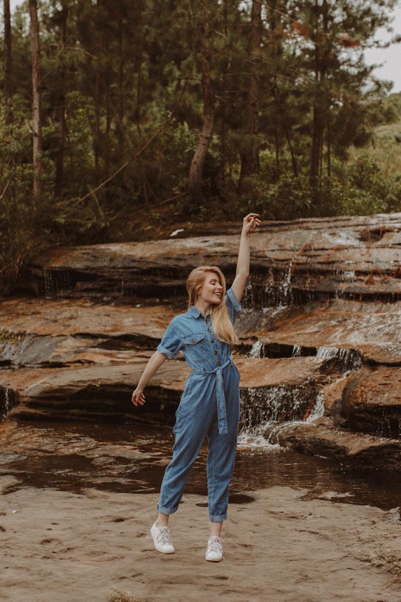 tenue complète femme une femme dans la nature qui porte une salopette en jean copy