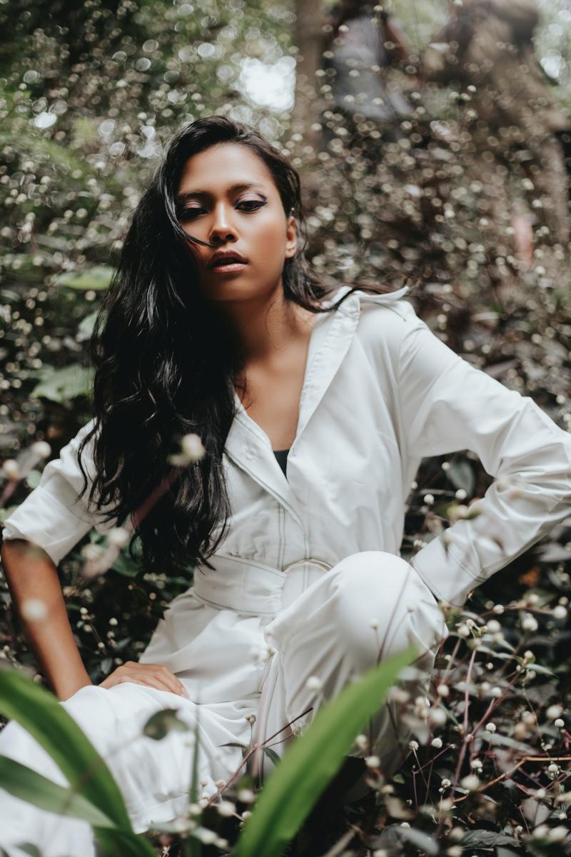 tenue complète femme une modèle qui porte une salopette blanche élégante