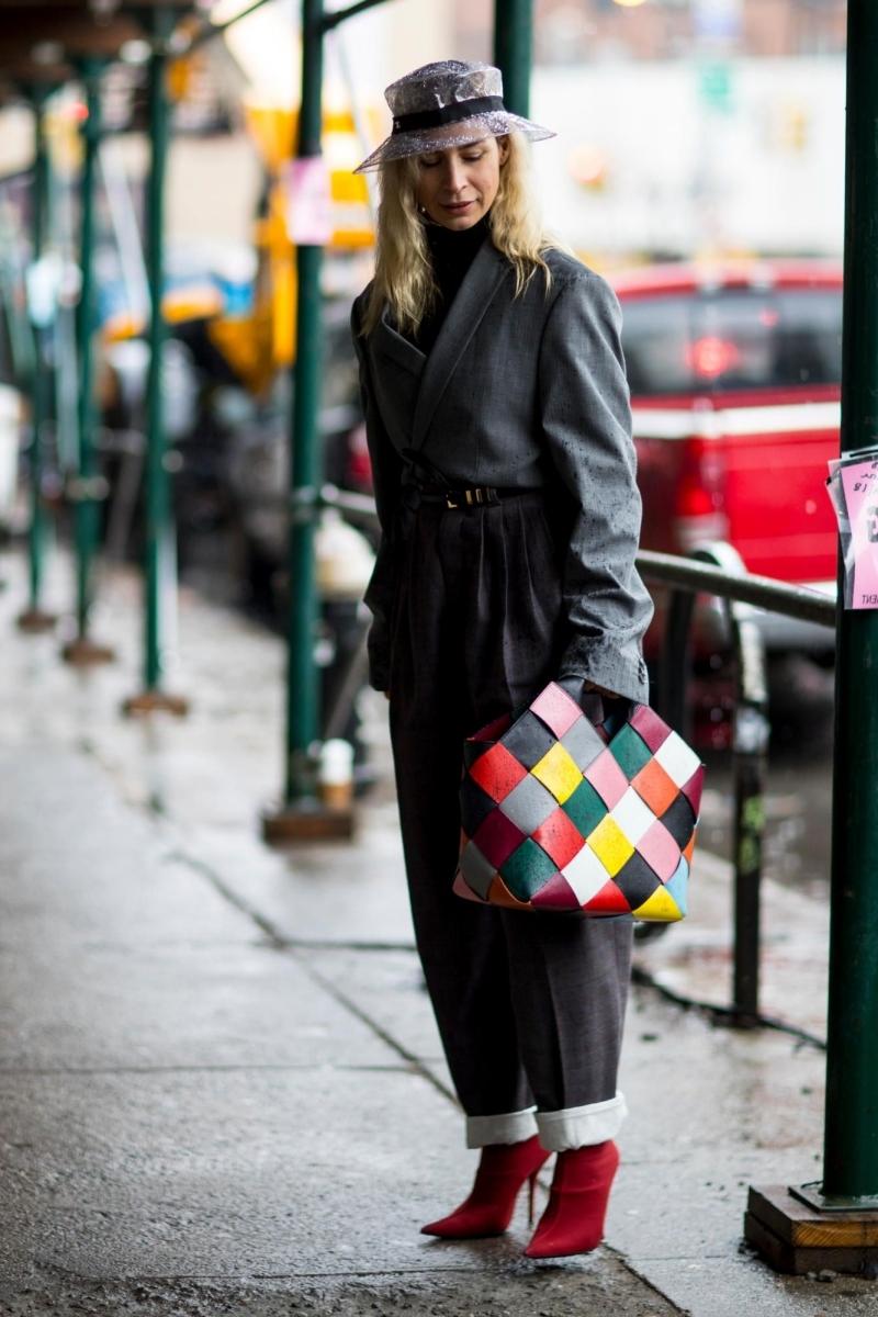 tenue de pluie pour femme look total noir bottes rouges