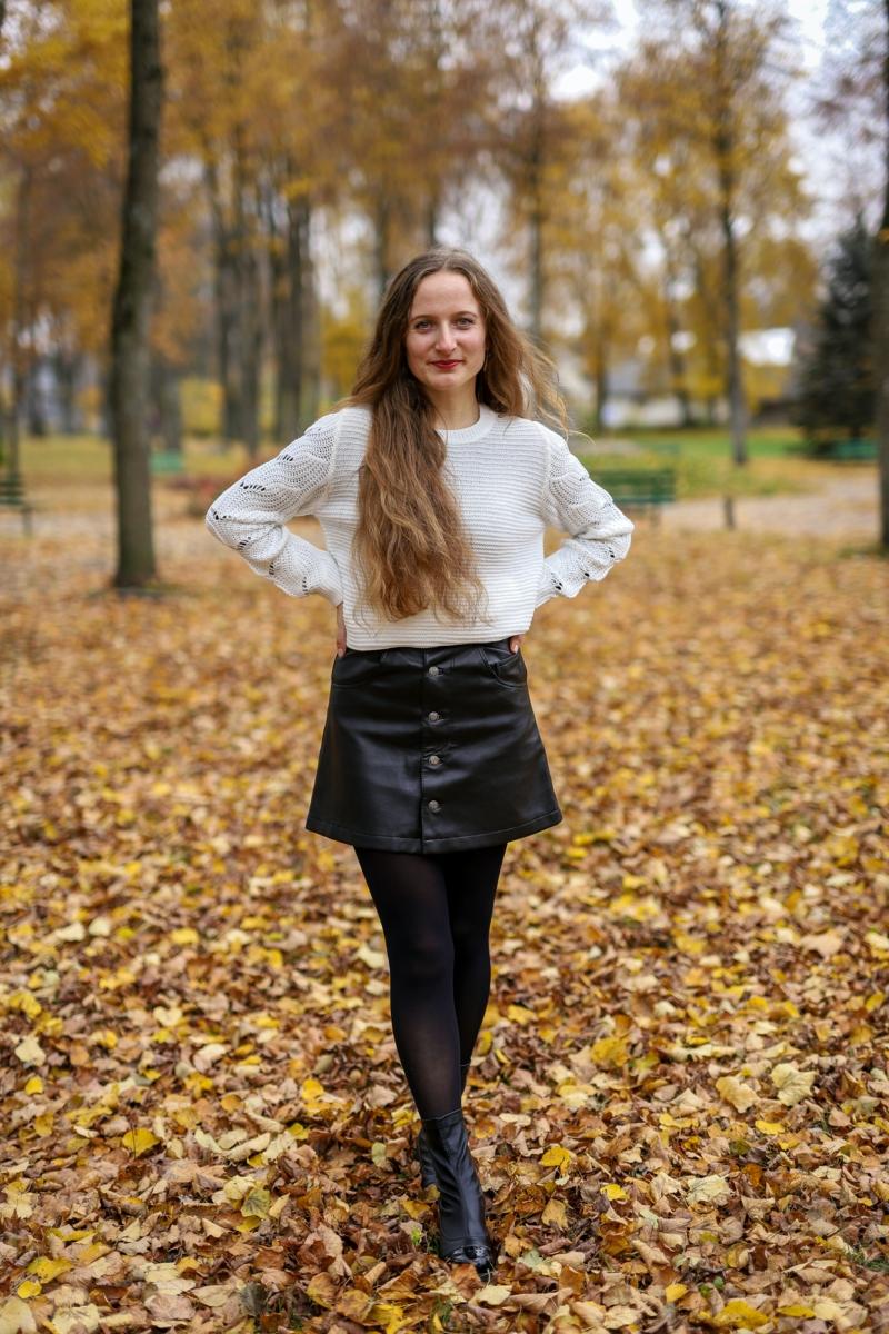 tenue stylée une fille habillée en jupe en cuir automne