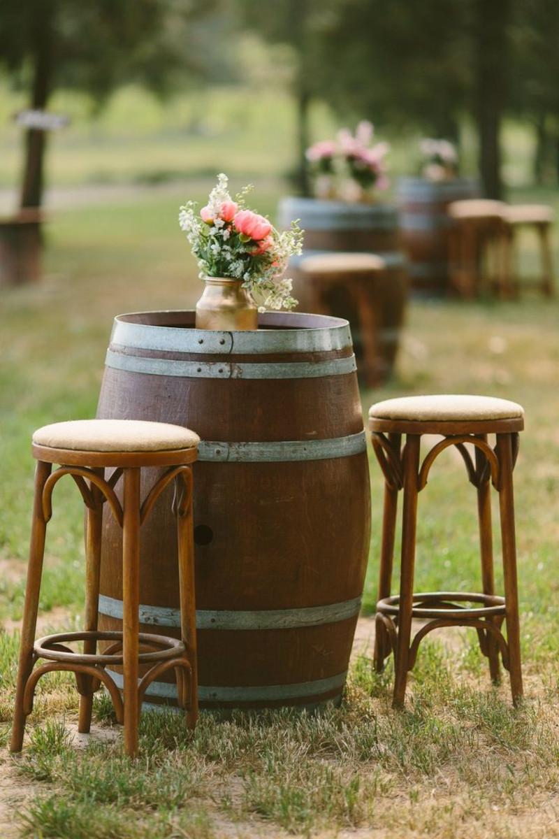 tonneau bar moderne et tabourets de bar vase de fleurs sur la table deco de fete