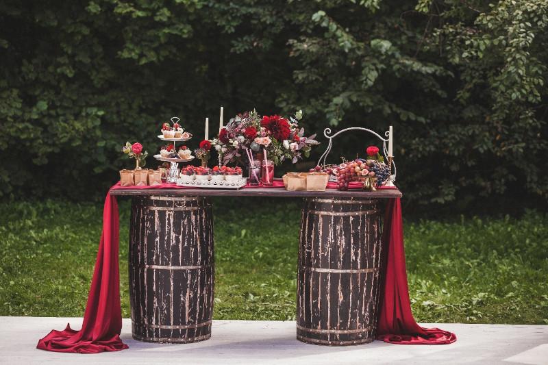 tonneau bar table pour ceremonie de mariage gateaux et deco en rouge nappe bordeaux