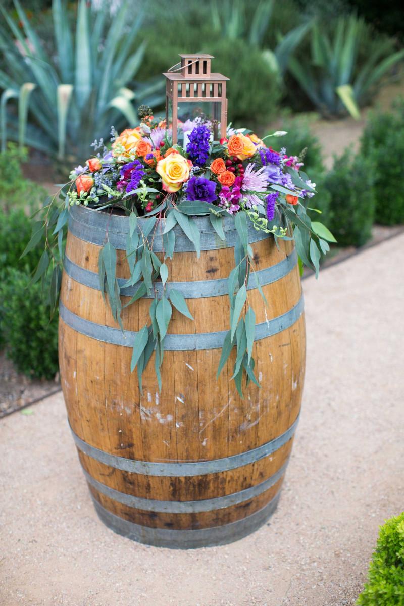tonneau decoration exterieur pot de fleurs fraiches decorer un tonneau en bois