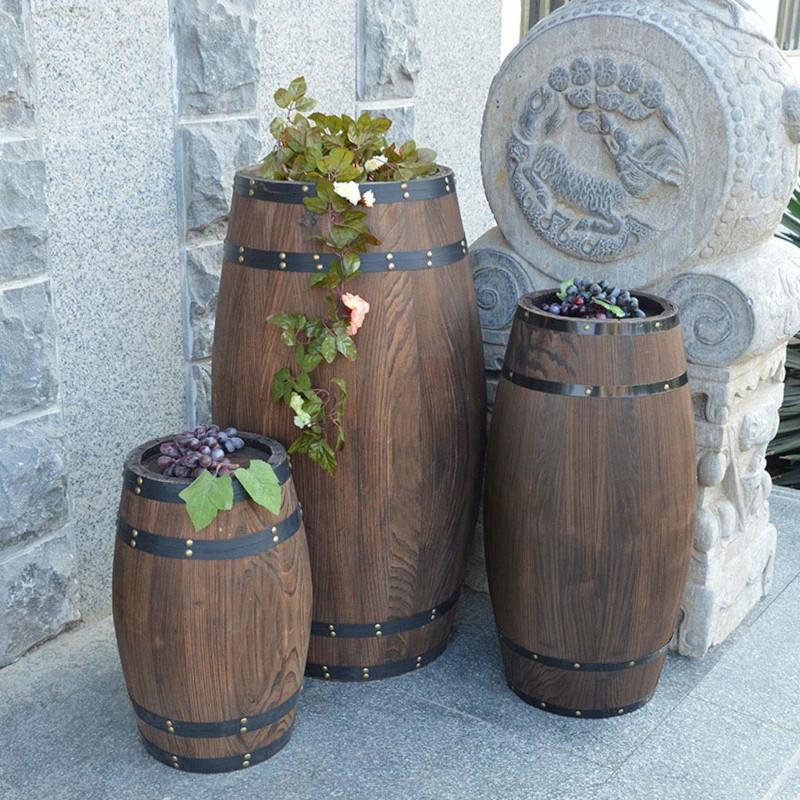 tonneau decoration exterieur pots de fleurs trois tonneaux de taille différente comme accents