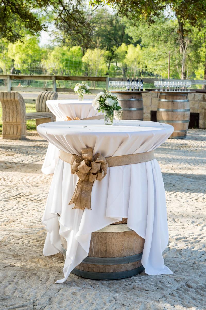 tonneau en bois bar pour mariage style champêtre nappe blanche ruban beige vase de fleurs