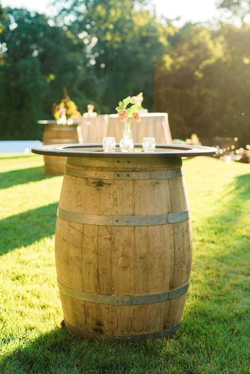 tonneau en bois déco pour mariage style champetre chic jardin ave gazon