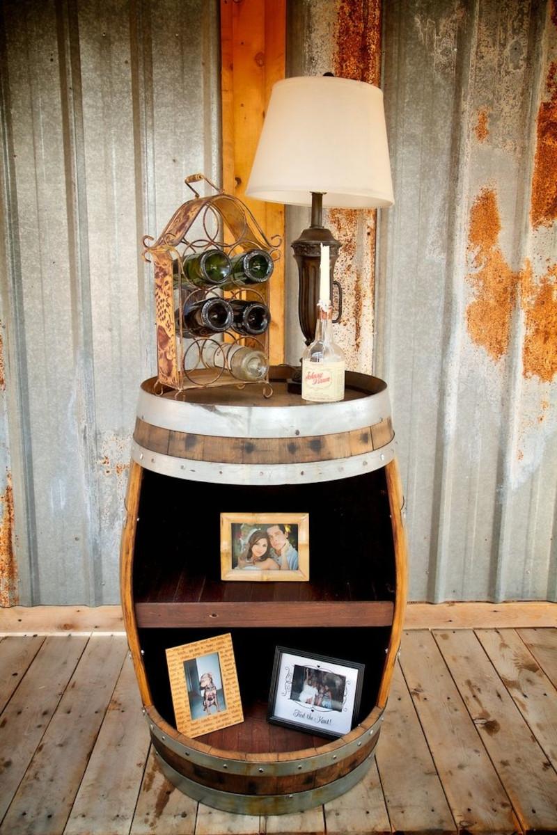 tonneau en bois deco lampe à abat jour beige cadres de photos de famille