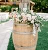 tonneau en bois deco pour mariage style champetre dans le jardin tapis blanc