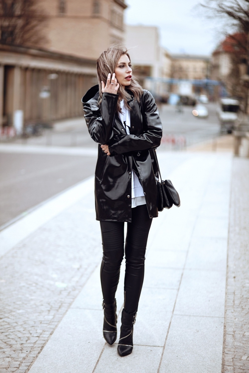 veste de pluie femme tendance noir pantalon slim blouse blanche