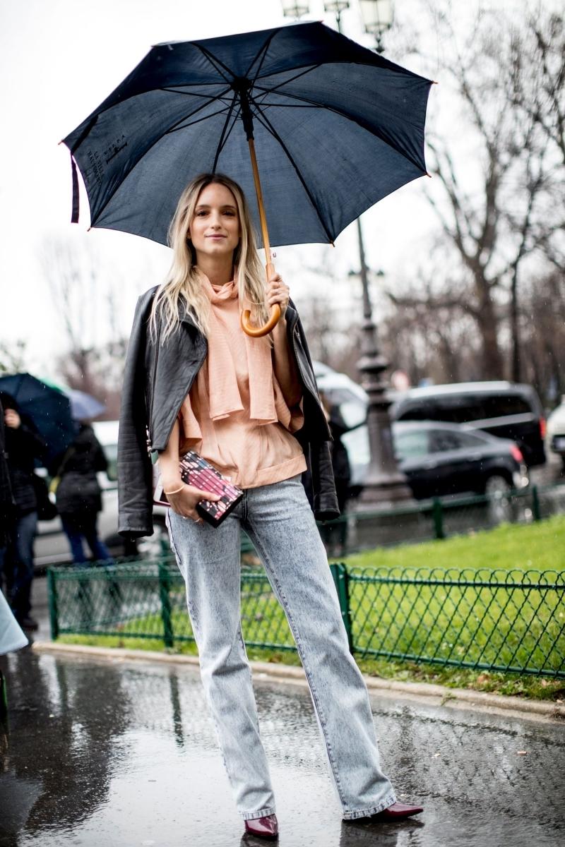 veste imperméable femme jeans blouse corail pochette noire