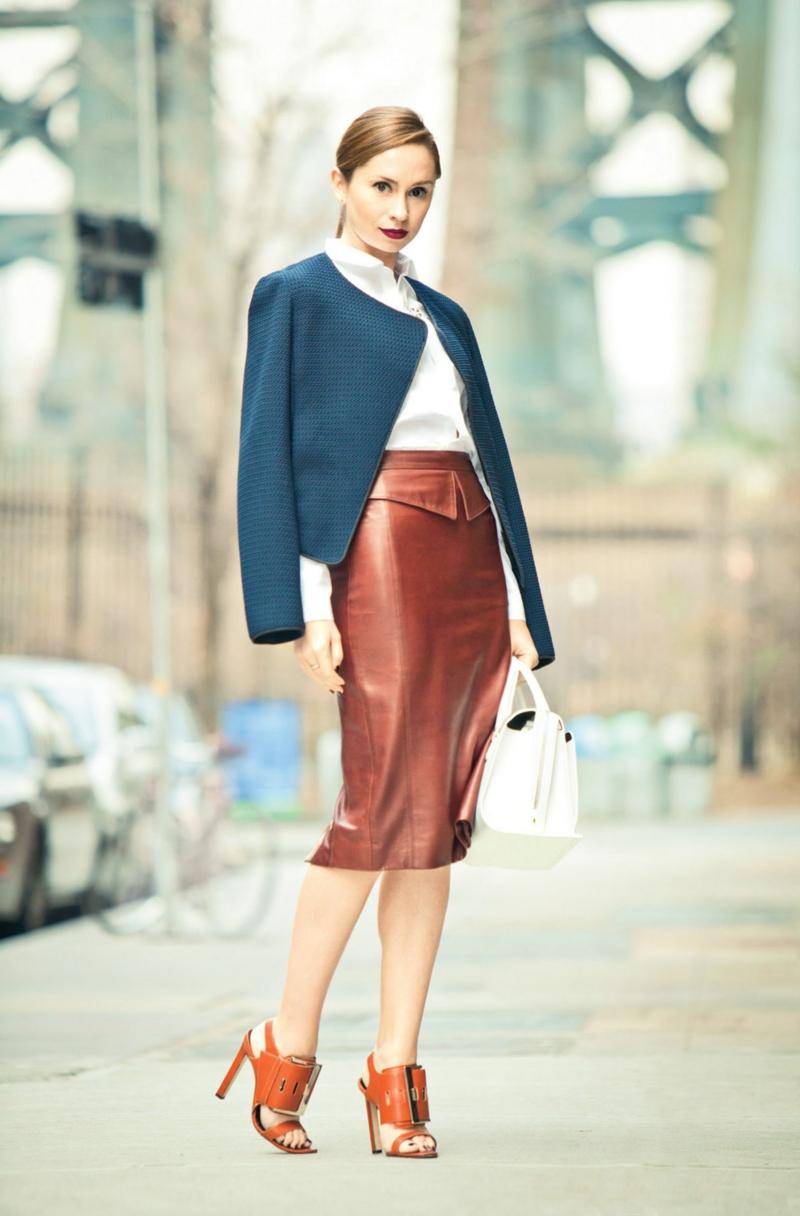 vetement femme chic une femme très élégante avec une jupe en cuir