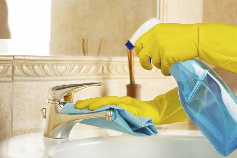vinaigre blanc composition une femme qui nettoie le robinet avec du vinaigre