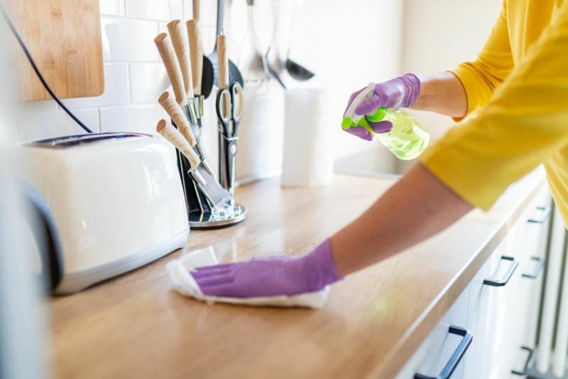 vinaigre blanc cuisine une femme qui nettoie le comptoir dans la cuisine