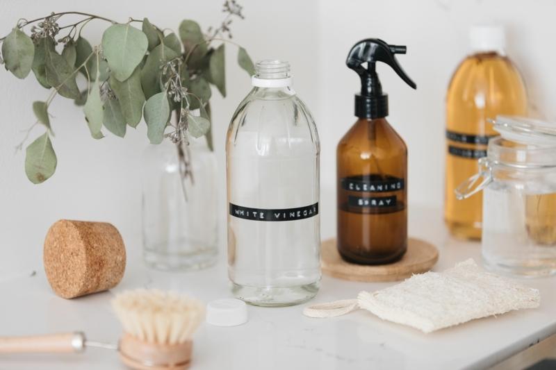 vinaigre blanc désinfectant bouteilles et spray de vinagire ménager et vinaigre blanc
