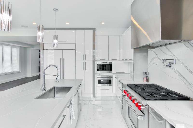 vinaigre blanc désinfecte une cuisine blanche et très propre