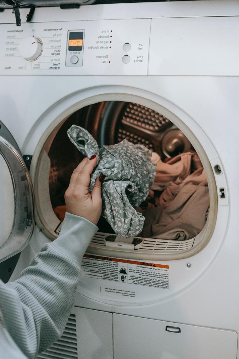 vinaigre blanc pour desinfecter mettre des vêtements dans la machine à laver
