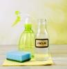 vinaigre ménager une bouteille de vinaigre un spray et une éponge à nettoyage