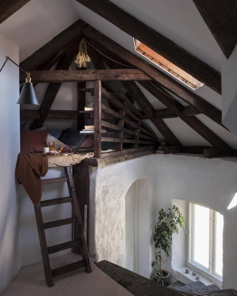ambiance cosy chambre cocooning poutres bois foncé brut escalier