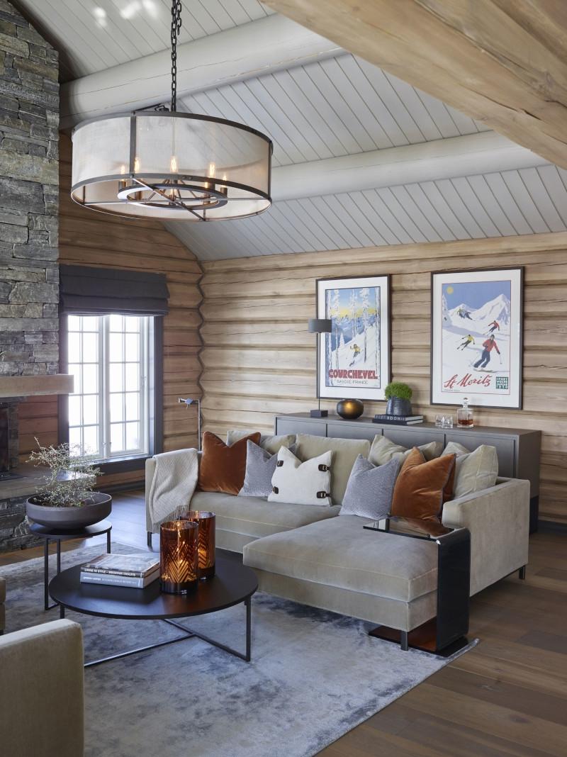 amenagement interieur cabane en bois canapé moderne en gris clair avec coussins gris marron blanc