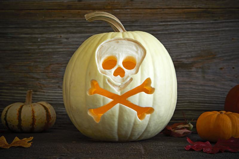 citrouille halloween qui fait peur symbole de la poison citrouille blanche fond en bois