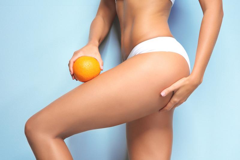 comment enlever la cellulite une femme qui tient un orange