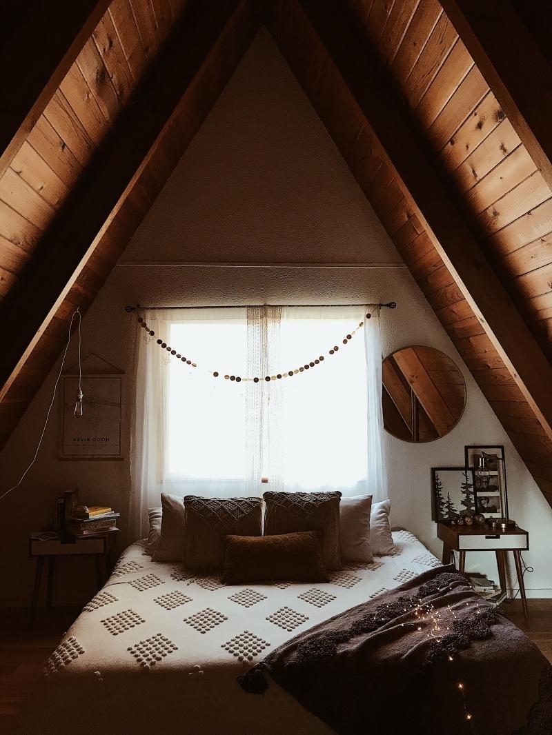 couleur déco chambre mansardée chaleureuse coussin macramé