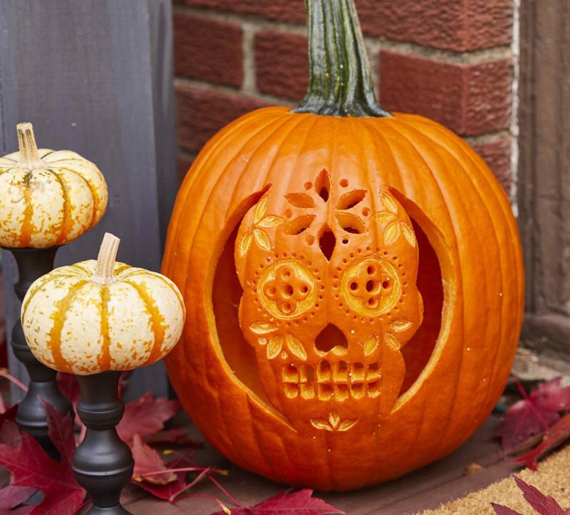 creuser citrouille halloween tete squelette en motifs floraux grosse citrouille au coin