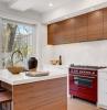 cuisine en bois et marbre avec piano rouge amenagement interieur contemporain