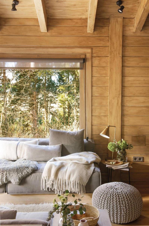 déco chalet cocooning canapé et puff en gris clair mur en bois plaid blanc en laine