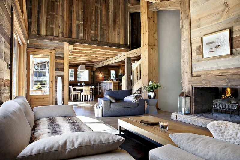 décoration petit chalet canapé gris clair avec coussins murs en bois clair cheminée