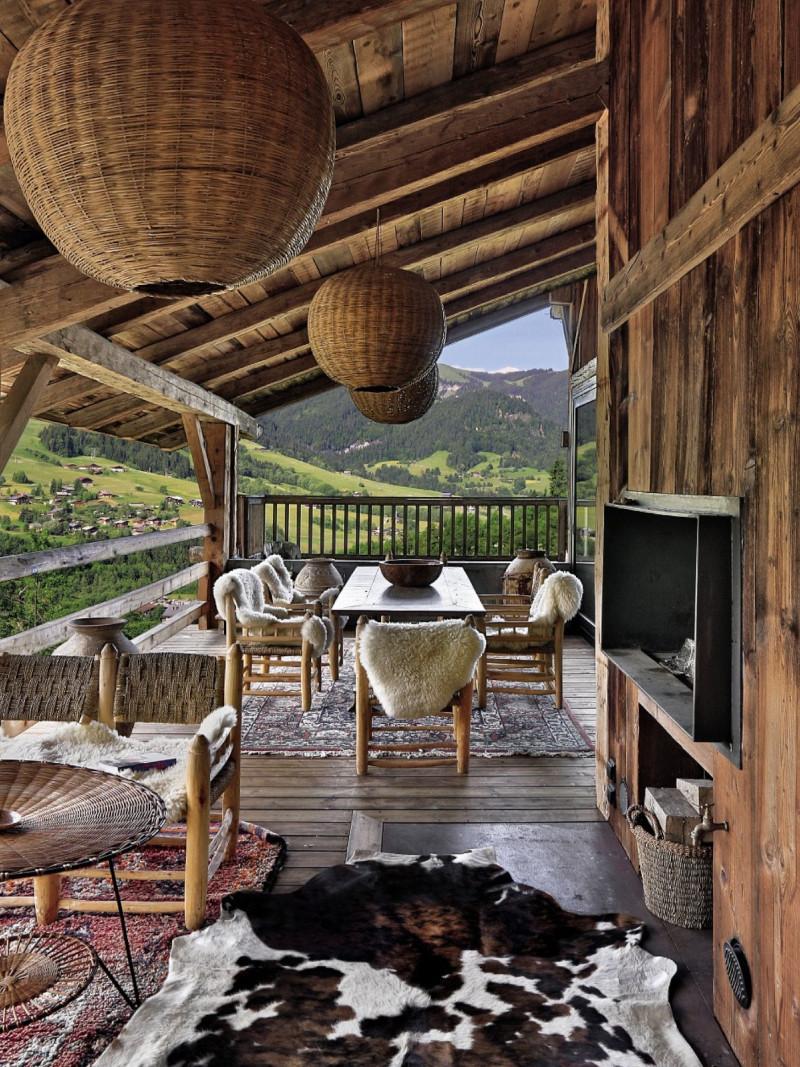deco montagne patio en bois clair meubles en rotin beige lustre en boule