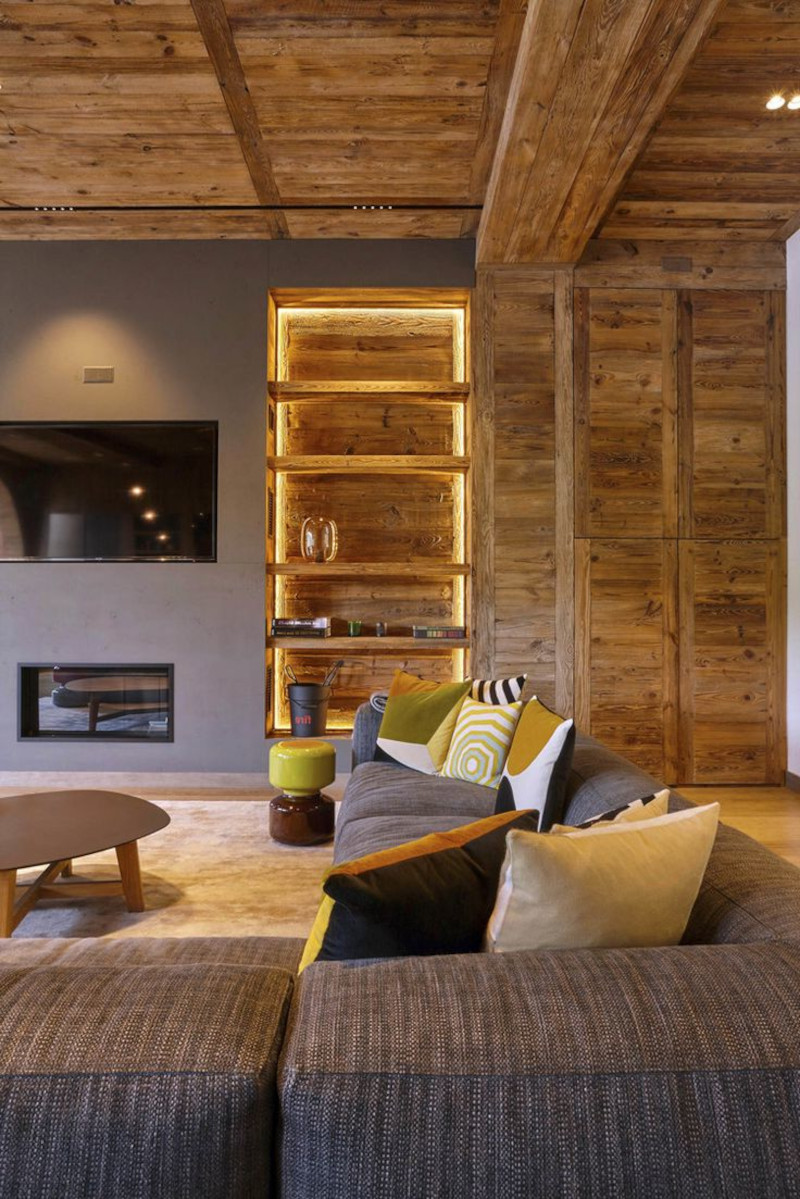 deco montagne salon moderne rustique étagère en bois mur en gris canapé marron avec coussins en couleurs