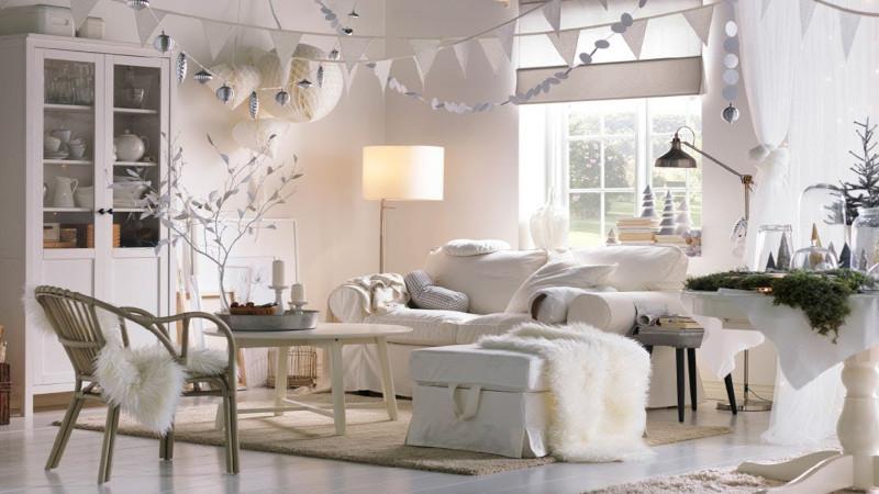 deco style chalet au style scandinave canapé blanc pouf et plaid en fausse fourrure en blanc