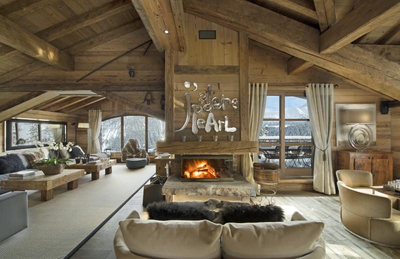 decoration montagne cheminée en bois canapé beige avec gros coussins deco en tons neutres