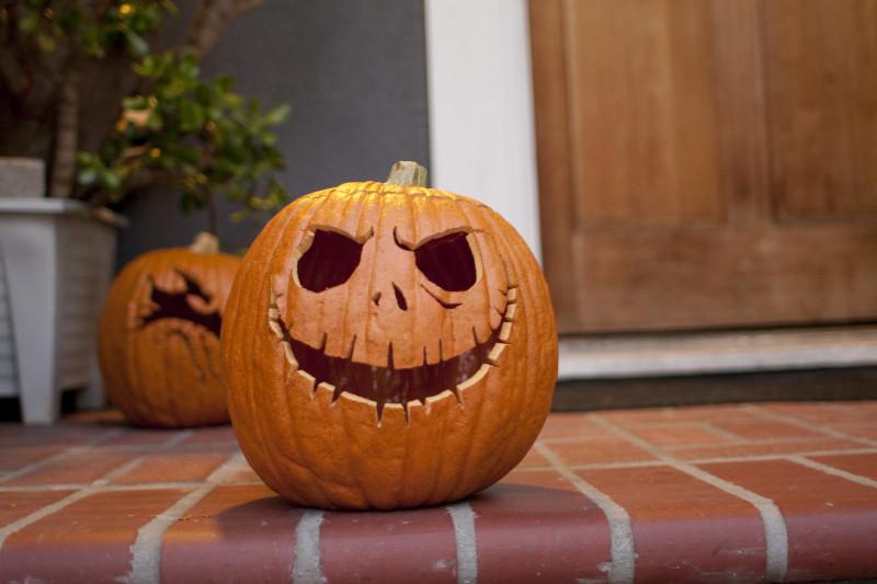 dessin d halloween qui fait peur visage effrayant sur l escalier mur gris carrelage sur le plancher