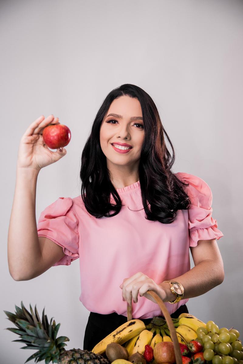 enlever la cellulite une femme qui tient un panier de fruits et une pomme