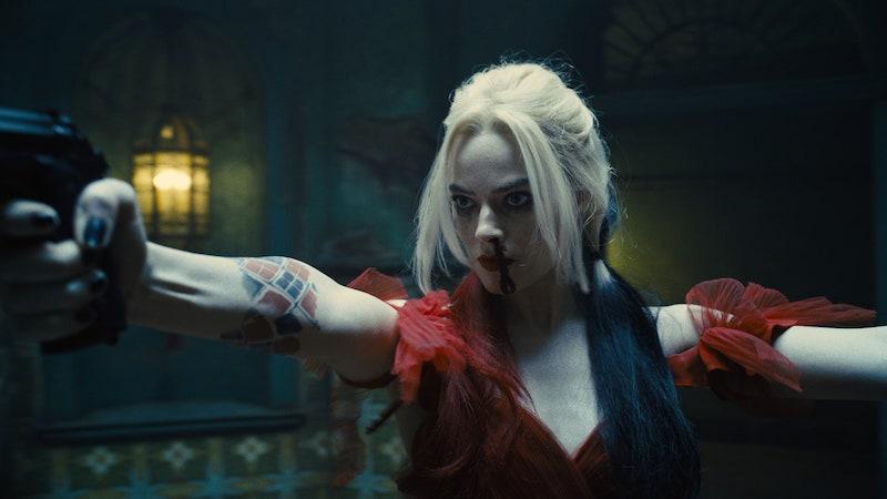exemple harley quinn personnage halloween en robe rouge volantée cheveux noir et blanc