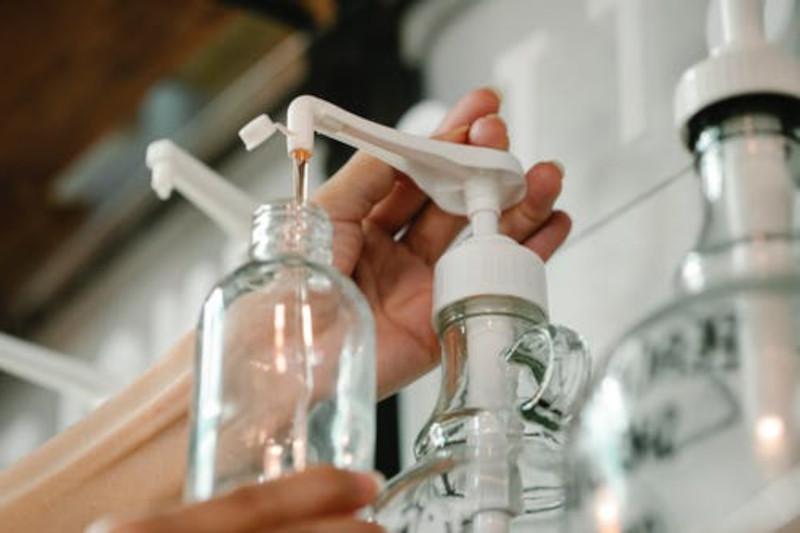 faire sa lessive maison la stocker en bouteille en verre lessive très economique