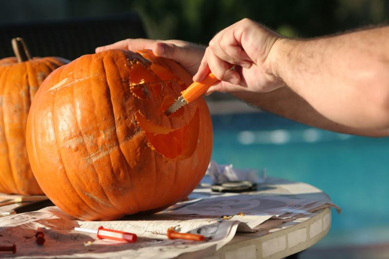 faire une citrouille d halloween découper délicatement faire un visage effrayant ou en colère