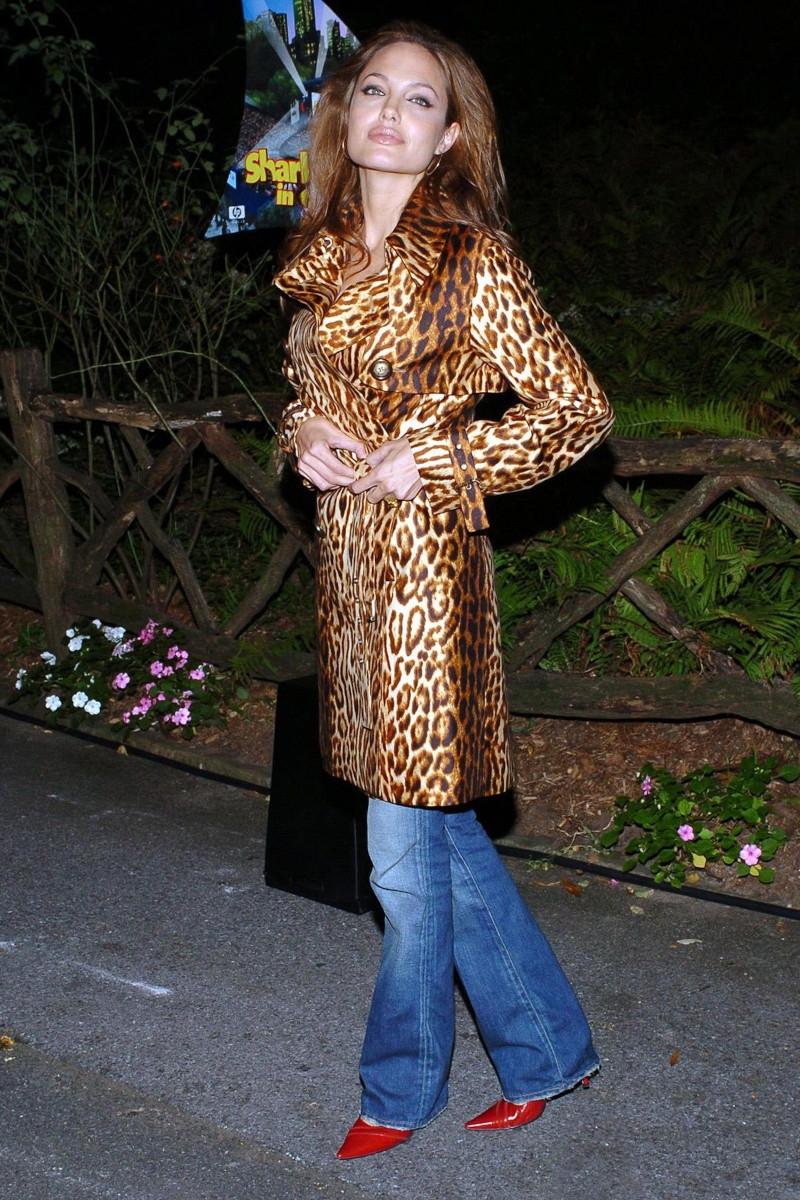 haut femme tendance algelina jolie en manteau imprimé jean bleu et escarpins rouges