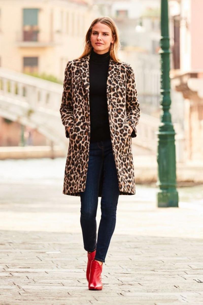 haut femme tendance bottines rouges jean bleu foncé pull a col roulé noir