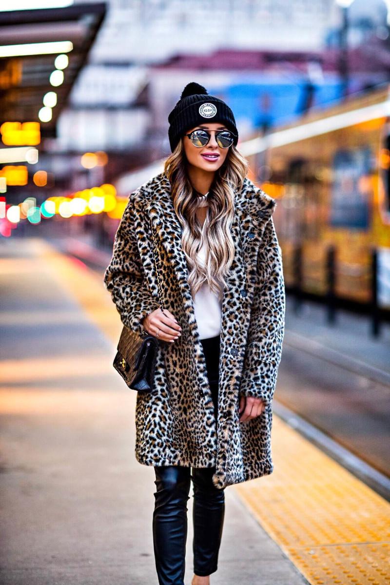 haut femme tendance pantalon en simili cuir noir top blanc bonnet noir lunettes de soleil