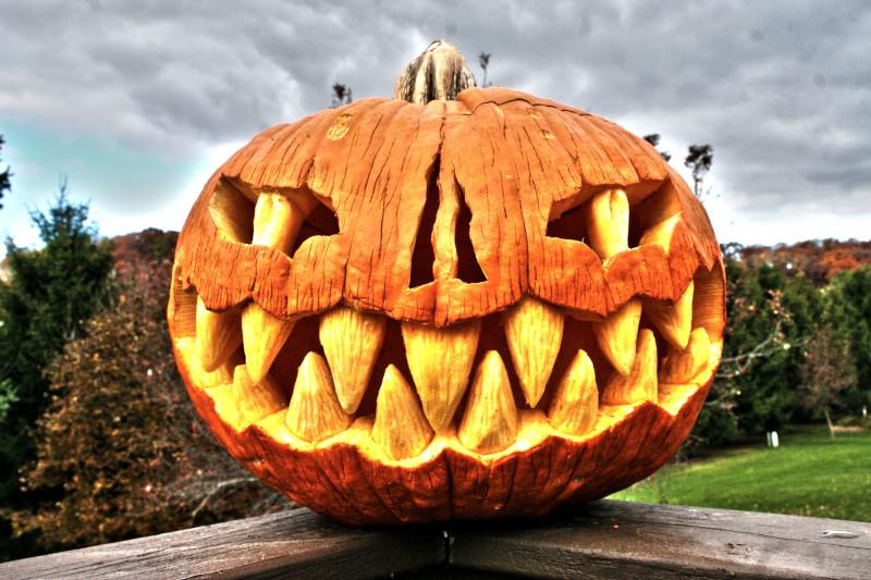 idée citrouille halloween visage effrayant triangles pour les dents des yeux effrayants