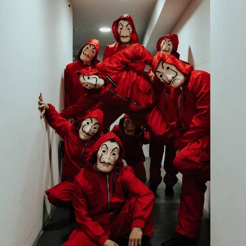 idee de deguisement casa de papel avec des costumes rouges et masques