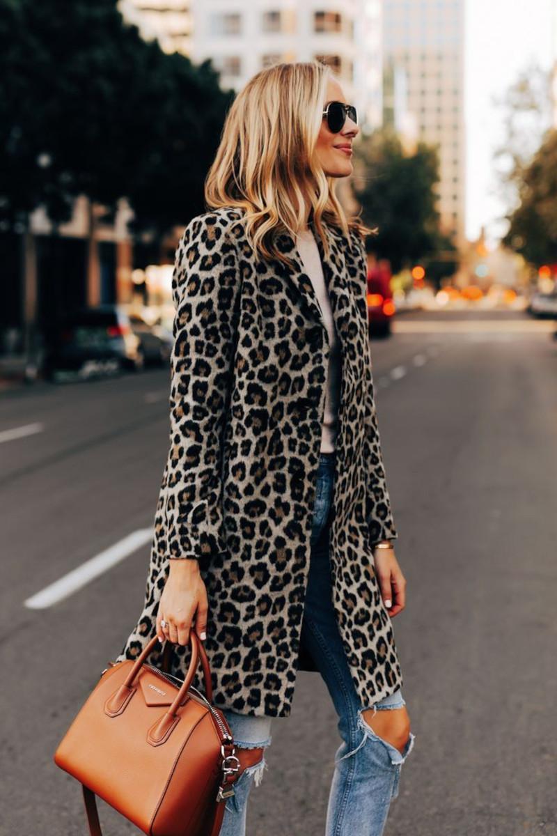 imprimé leopard jean bleu déchiré top beige sac à main camel lunettes de soleil